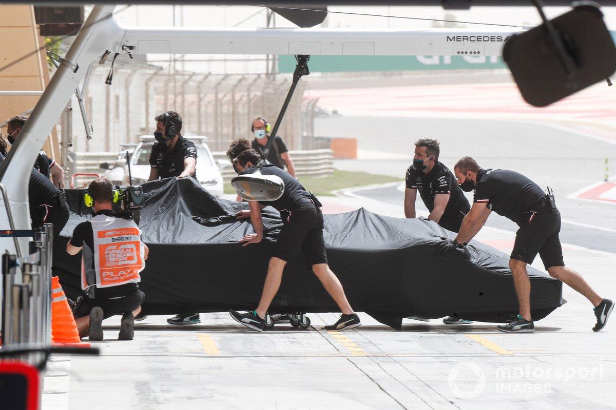 Los mecánicos de Mercedes con el coche de Lewis Hamilton, Mercedes W12