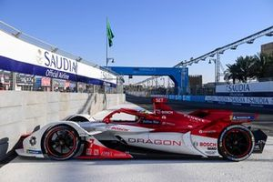 Sergio Sette Camara, Dragon Penske Autosport, Penske EV-4, tags the wall