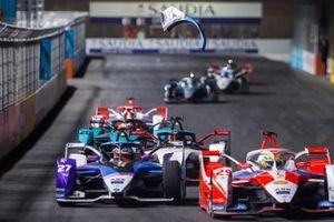 Un pezzo dell'auto di Jake Dennis, BMW I Andretti Motorsport, BMW iFE.21, vola in aria mentre è in lotta con Alexander Sims, Mahindra Racing, M7Electro