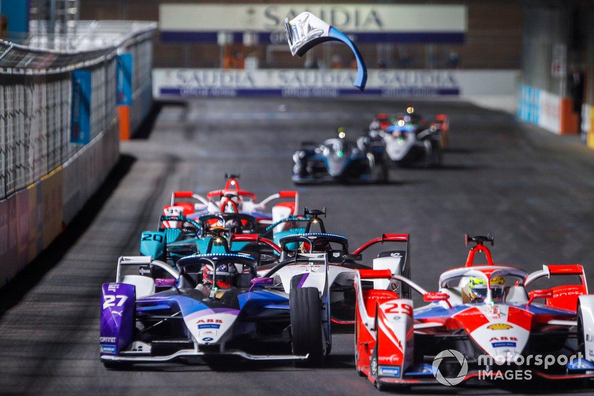 Piezas del coche de Jake Dennis, BMW I Andretti Motorsport, BMW iFE.21, vuelan ante el paso de Alexander Sims, Mahindra Racing, M7Electro