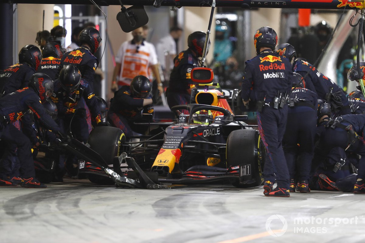 Sergio Pérez, Red Bull Racing RB16B, pit stop