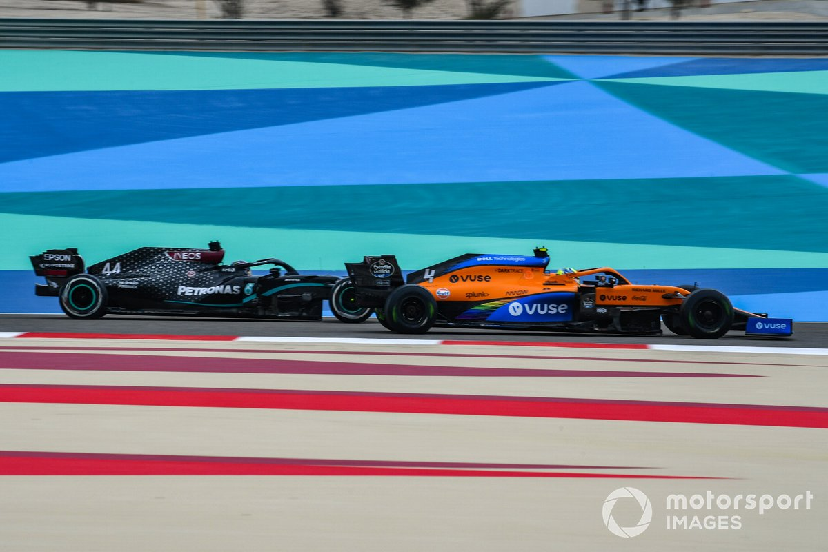 Lando Norris, McLaren MCL35, y Lewis Hamilton, Mercedes F1 W11