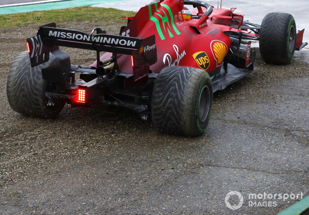 Carlos Sainz Jr., Ferrari SF21, rientra in gara dopo un fuori pista