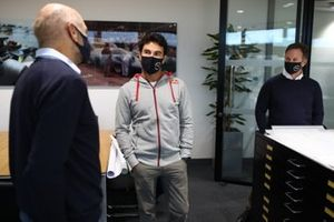 Sergio Perez, Red Bull Racing met Christian Horner, teambaas Red Bull Racing en Adrian Newey, Red Bull Racing Chief Technical Officer