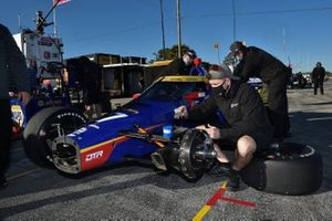 Crew makes adjustments to Alexander Rossi's Andretti Autosport Honda