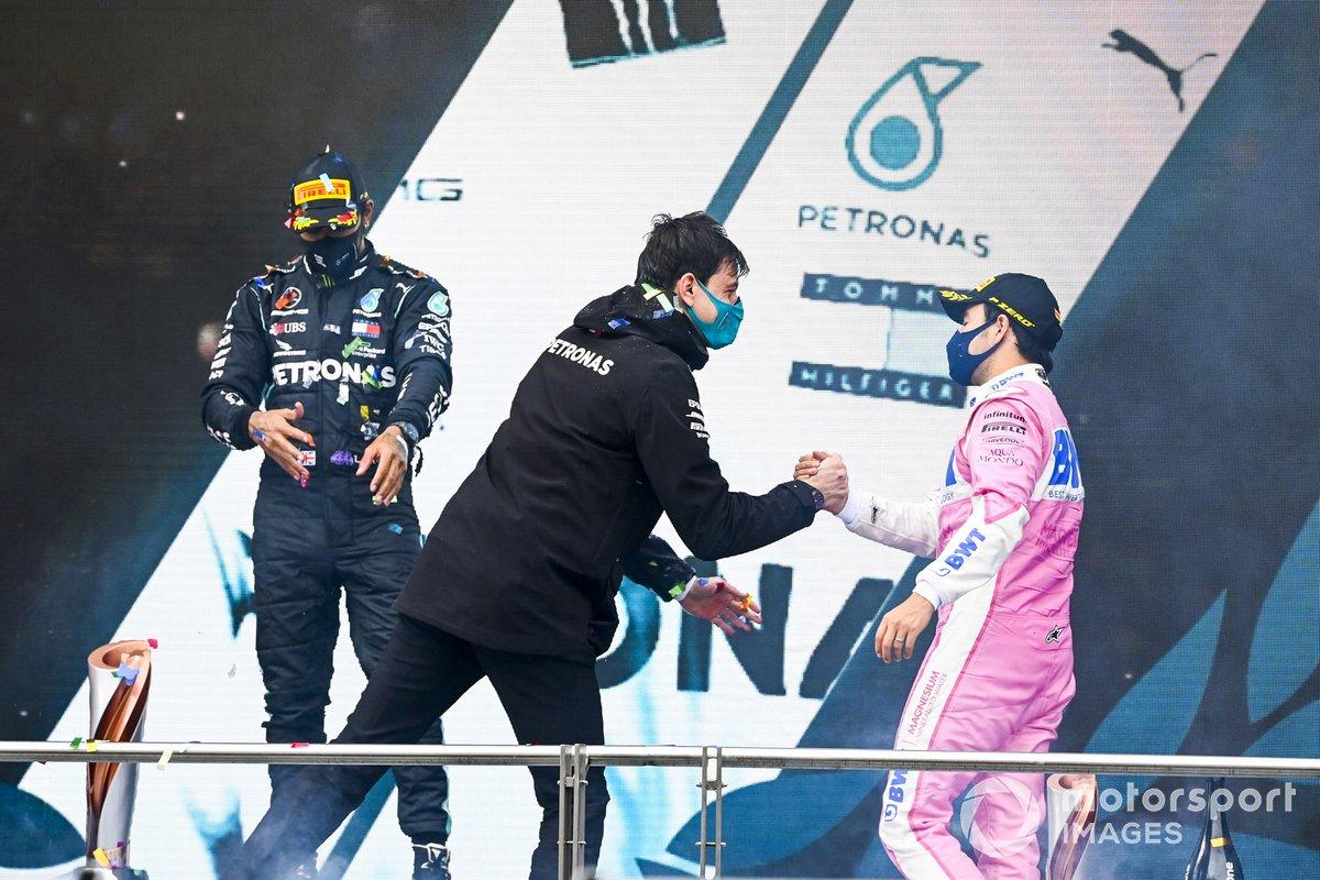 Podio: Toto Wolff, Director Ejecutivo Mercedes AMG y el segundo lugar Sergio Pérez, Racing Point