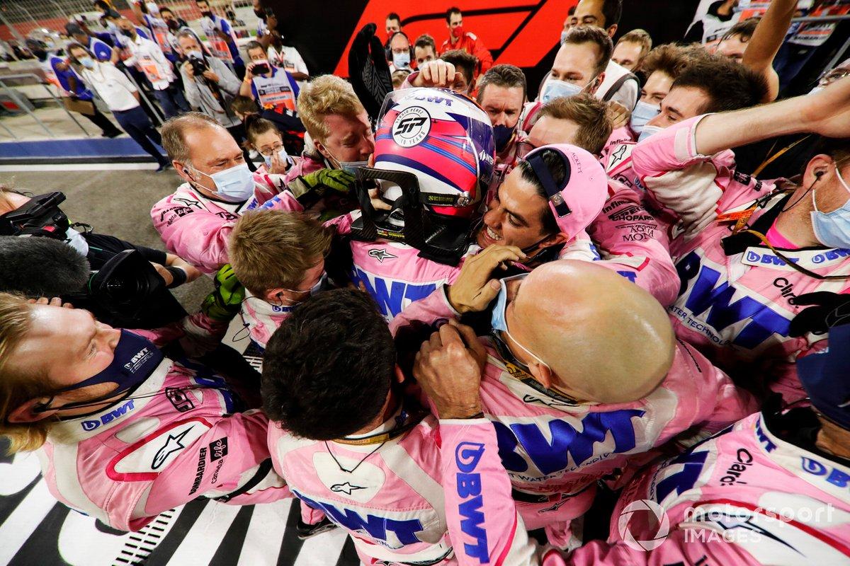 Sergio Perez, Racing Point, primo classificato, festeggia al Parc Ferme con il suo team