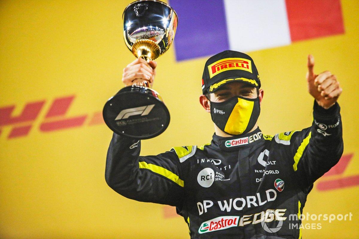 Esteban Ocon, Renault F1, 2ª posición, con su trofeo