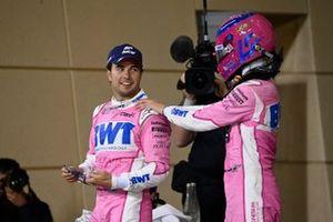 Le vainqueur Sergio Perez, Racing Point, est félicité par le troisième Lance Stroll, Racing Point, dans le parc fermé