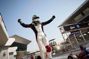 Enzo Trulli celebra su campeonato en la Fórmula 4 de los Emiratos Árabes Unidos.