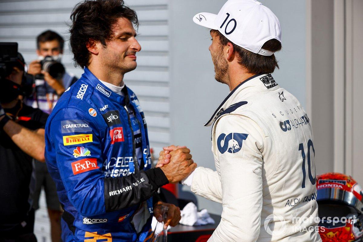 Carlos Sainz Jr., McLaren e il vincitore della gara Pierre Gasly, AlphaTauri festeggiano a Parc Ferme
