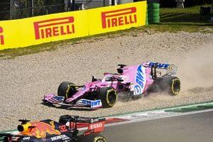 Sergio Perez, Racing Point RP20, komt in de grindbak in gevecht met Max Verstappen, Red Bull Racing RB16