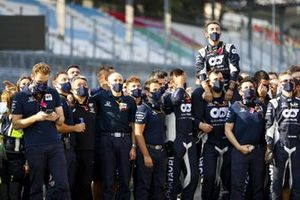Масаши Ямамото, генеральный менеджер, Honda Motorsport, Франц Тост, руководитель AlphaTauri, и сотрудники команды празднуют победу