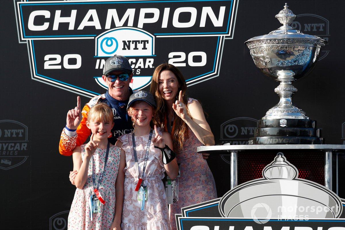 El campeón Scott Dixon, Chip Ganassi Racing Honda con su esposa Emma y sus hijas