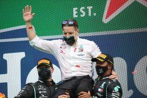 Valtteri Bottas, Mercedes-AMG F1, 2°posto, Peter Bonnington, Ingegnere di gara, Mercedes AMG, e Lewis Hamilton, Mercedes-AMG F1, 1° posto, sul podio