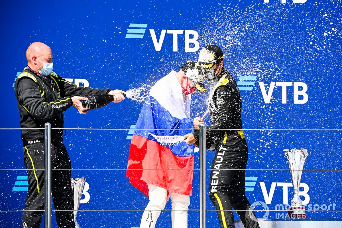 Podio: segundo lugar Nikita Mazepin, Hitech Grand Prix, ganador Guanyu Zhou, UNI-Virtuosi