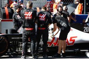 Haas F1 mechanics at work on the grid