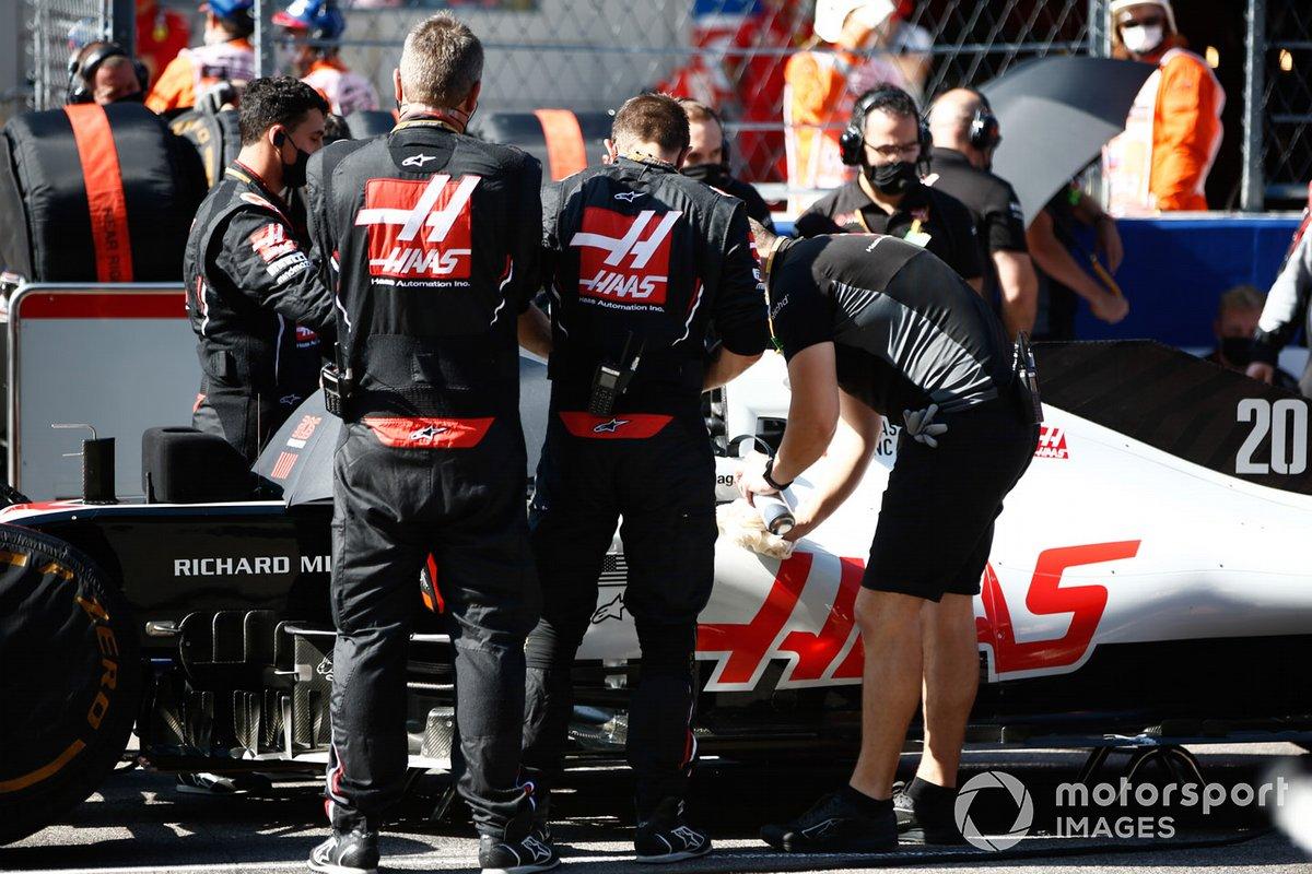 Los mecánicos de la F1 de Haas trabajando en la parrilla