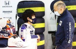 Franz Tost, Team Principal, AlphaTauri parla con Yuki Tsunoda, Honda Formula Dream Project nel garage