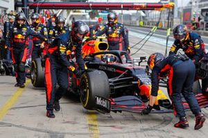 Alex Albon, Red Bull Racing RB16, is retired from the race