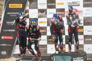 Podio: ganador de la carrera Dani Sordo, Carlos Del Barrio, Hyundai Motorsport Hyundai i20 Coupe WRC, segundo lugar Thierry Neuville, Nicolas Gilsoul, Hyundai Motorsport Hyundai i20 Coupe WRC