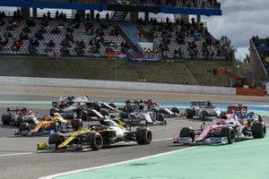 Esteban Ocon, Renault F1 Team R.S.20, Sergio Perez, Racing Point RP20, Carlos Sainz Jr., McLaren MCL35, Pierre Gasly, AlphaTauri AT01, e il resto del gruppo alla partenza