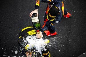 Podio: tercer lugar Daniel Ricciardo, Renault F1 y el segundo lugar Max Verstappen, Red Bull Racing