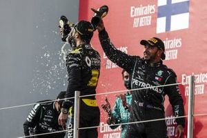 Daniel Ricciardo, Renault F1, 3rd position, does a shoey with assistance from Lewis Hamilton, Mercedes-AMG F1, 1st position, on the podium