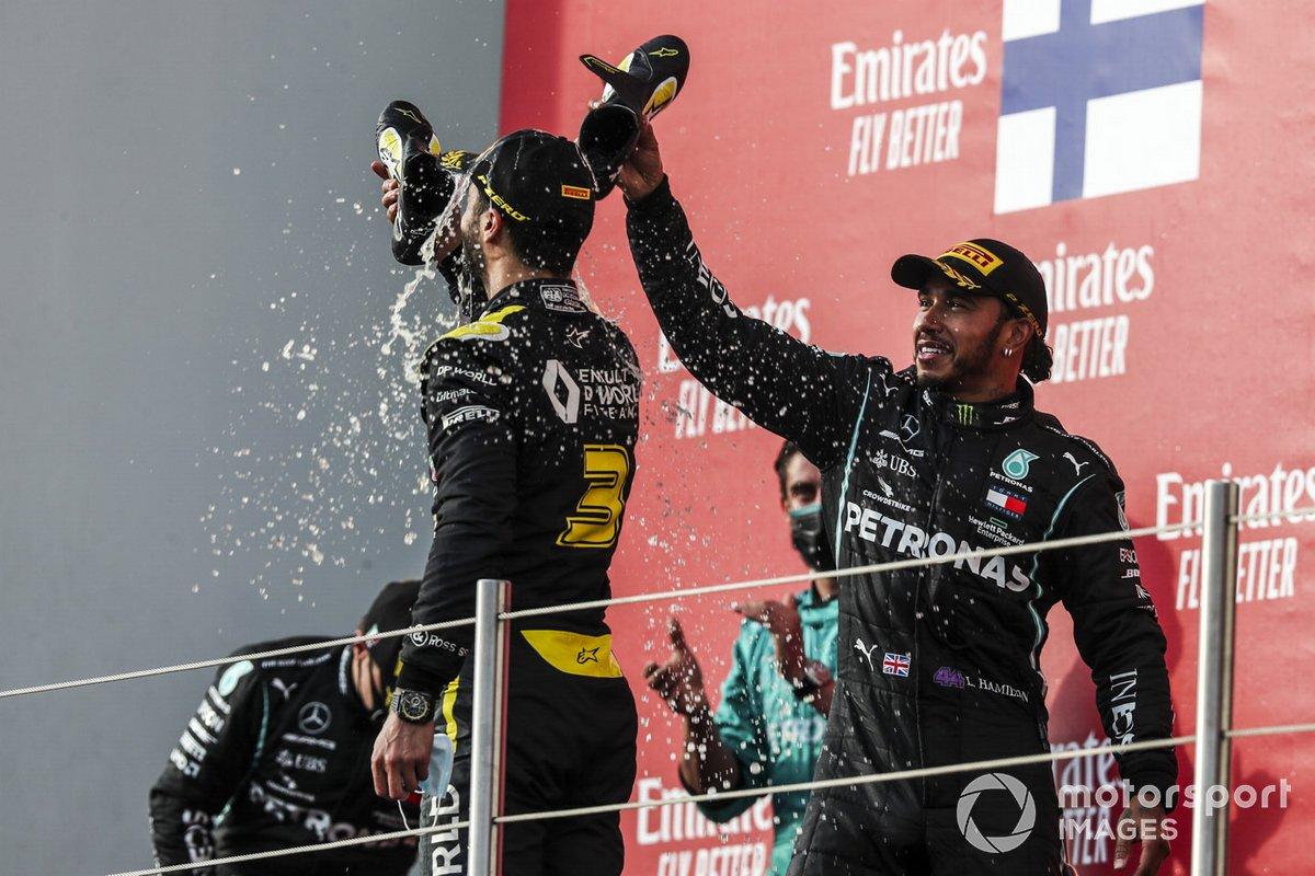 Daniel Ricciardo, Renault F1, y Lewis Hamilton, Mercedes-AMG F1 haciendo un 'shoey'
