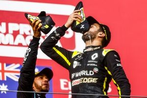 Podio: ganador de la carrera Lewis Hamilton, Mercedes-AMG F1 y tercer lugar Daniel Ricciardo, Renault F1