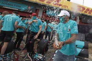 Lewis Hamilton, Mercedes-AMG F1, 1 ° posto, Toto Wolff, Direttore esecutivo (Business), Mercedes AMG e il team Mercedes festeggiano dopo aver ottenuto il 7° titolo nel mondiale Costruttori