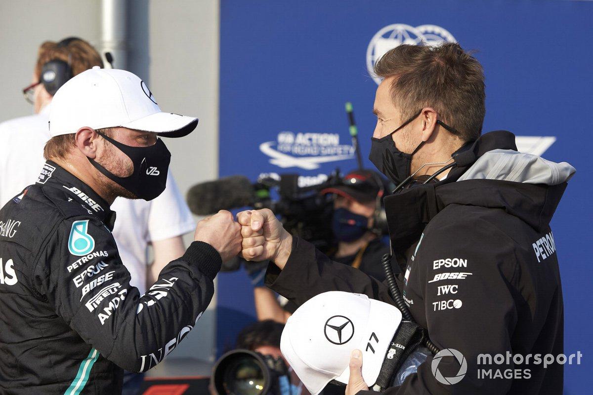 Valtteri Bottas, Mercedes-AMG F1, festeggia con il compagno di squadra