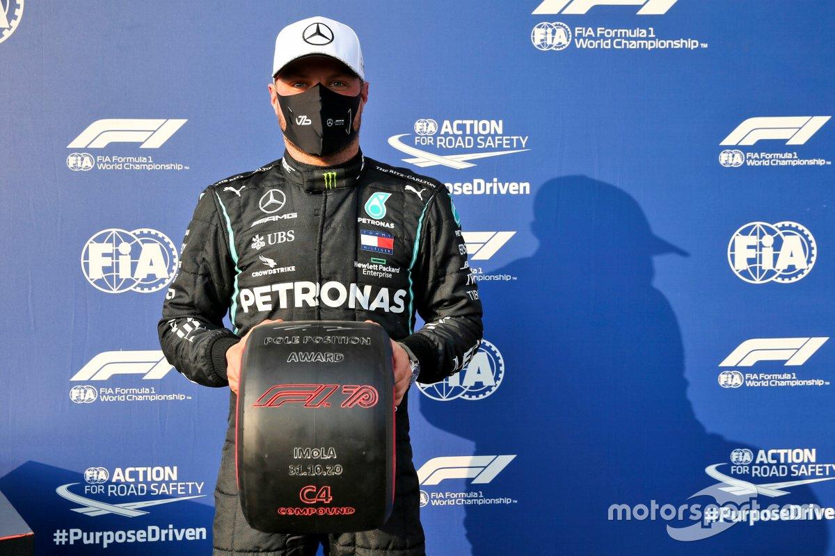 Valtteri Bottas, con il premio Pirelli Pole Position ad Imola