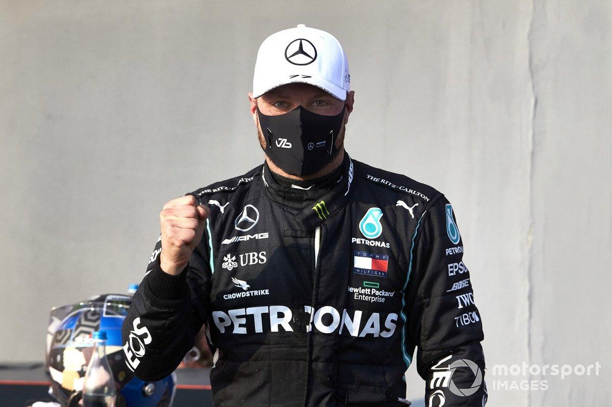 Il Pole man Valtteri Bottas, Mercedes-AMG F1, festeggia nel parco chiuso