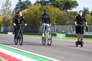 George Russell, Williams Racing, cycles the track with team mates