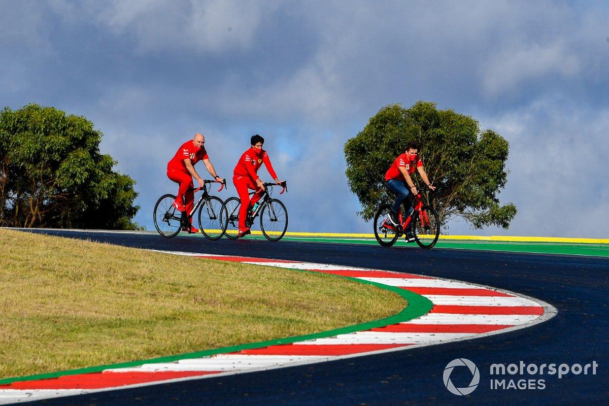 Charles Leclerc, Ferrari, fait son tour de piste à vélo