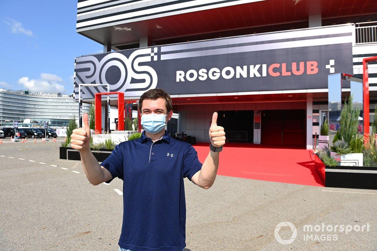 Sergey Vorobyev fuera del Rosgonki Club en Sochi