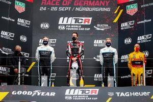 Podium: Race winner Esteban Guerrieri, ALL-INKL.COM Münnich Motorsport Honda Civic TCR, second place Yvan Muller, Cyan Racing Lynk & Co 03 TCR , third place Yann Ehrlacher, Cyan Racing Lynk & Co 03 TCR