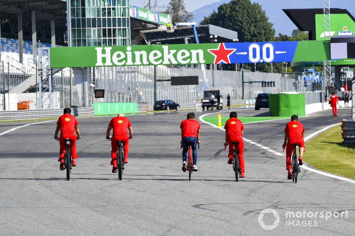 Шарль Леклер, Ferrari, поездка по трассе на велосипеде