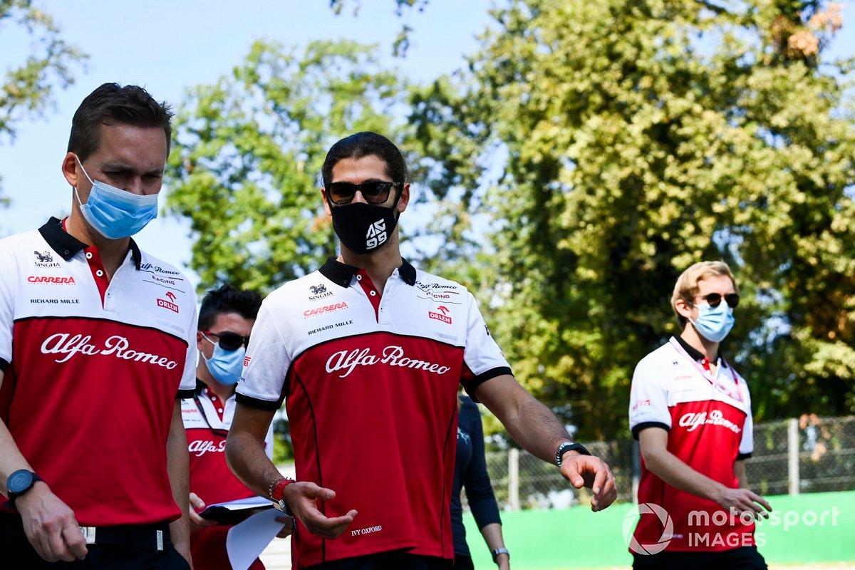 Antonio Giovinazzi, Alfa Romeo cammina in pista con il suo team