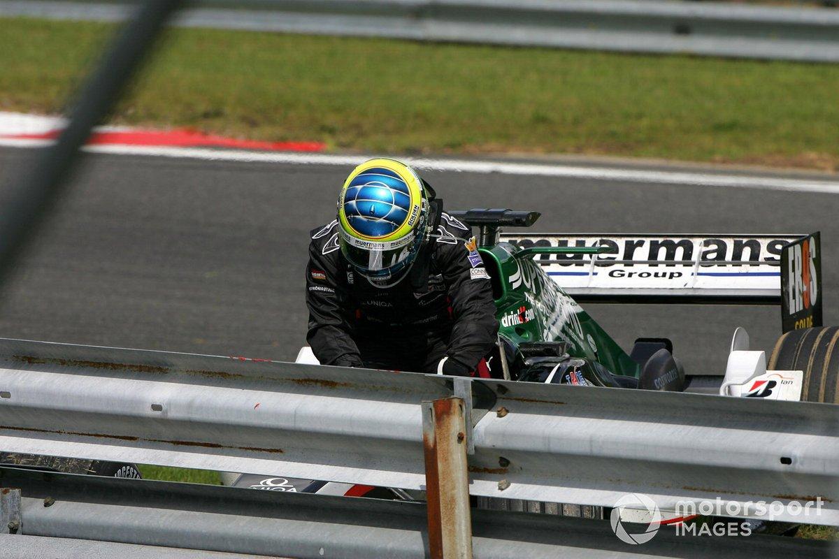 Тактика с длинным первым отрезком позволяла Дженсону всерьез претендовать на подиум. Теперь же он выбыл из гонки сам, да еще и вынес ни в чем не повинного Жолта Баумгартнера из Minardi