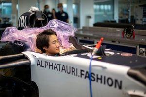 Yuki Tsunoda, prova il sedile dell' Alpha Tauri
