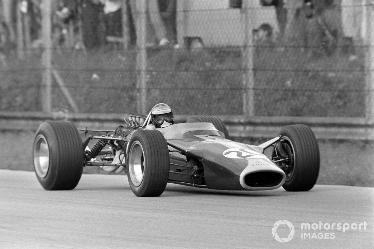 Но тут из боксов выехал Кларк (на его Lotus ставили новую коробку передач) – и разом сбросил еще почти секунду. С фаворитом Гран При вопрос, похоже, был решен