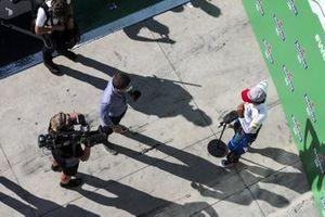 Carlos Sainz Jr., McLaren speaks to Paul di Resta, Sky, TV in Parc Ferme