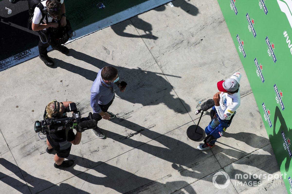 Tercer puesto Carlos Sainz Jr., McLaren MCL35 en Parc Ferme