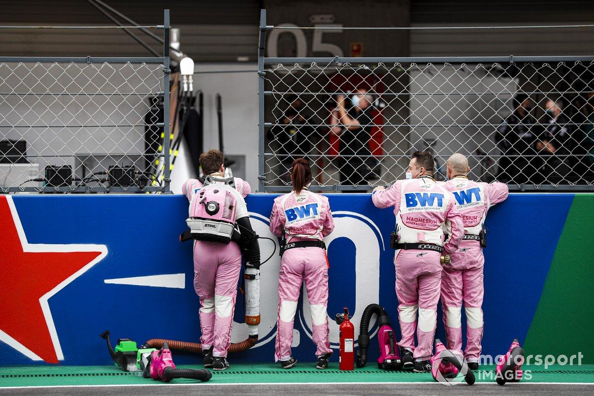 Los miembros del equipo de Racing Point en la parrilla
