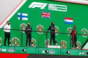 Peter Bonnington, Race Engineer, Mercedes AMG, Valtteri Bottas, Mercedes-AMG F1, 2nd position, Lewis Hamilton, Mercedes-AMG F1, 1st position, and Max Verstappen, Red Bull Racing, 3rd position, on the podium