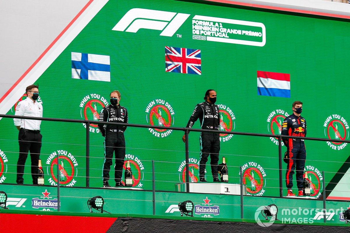 Peter Bonnington, ingegnere di gara, Mercedes AMG, Valtteri Bottas, Mercedes-AMG F1, 2°posto, Lewis Hamilton, Mercedes-AMG F1, 1°posto, e Max Verstappen, Red Bull Racing, 3°posto, sul podio