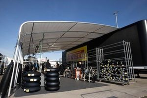 Reifenlager von Pirelli im Fahrerlager