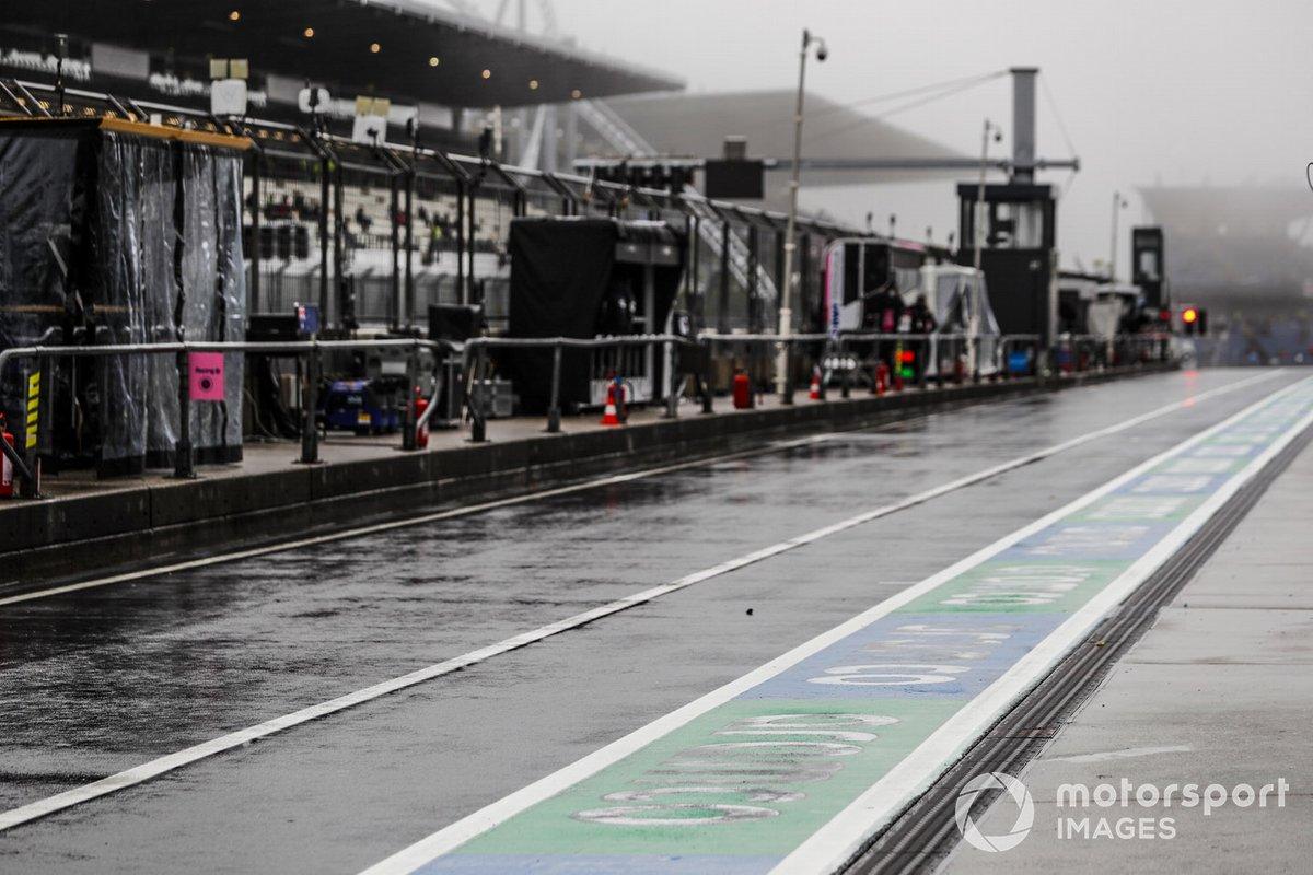 Lluvia sobre el pit lane